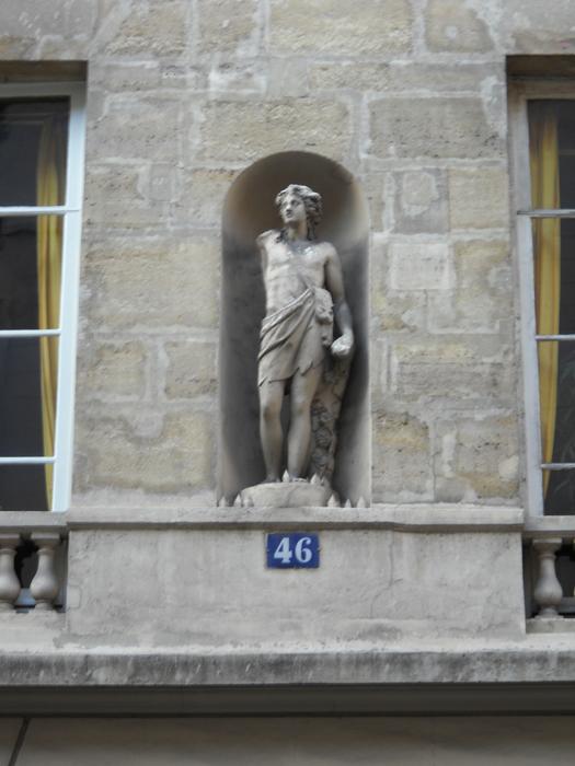 Paris building statue 46