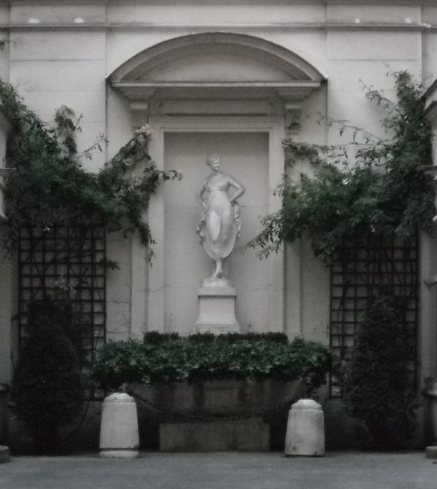 statue in courtyard paris 2010